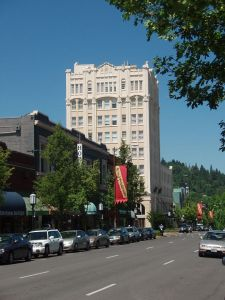 Main Street looking west towards the Ashland Springs Hotel and Varsity Theatre, Ashland, Oregon.  Photo from Wikimedia Commons.